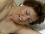 Madura safada dando a xoxota cabeluda para o instrutor